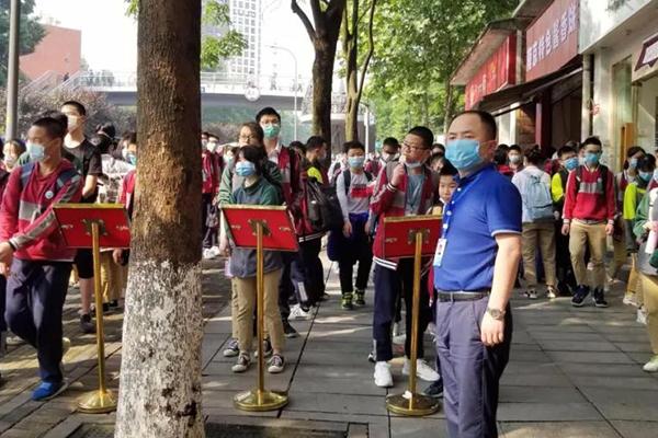 重庆市两江中学:文明候车 平安上下学